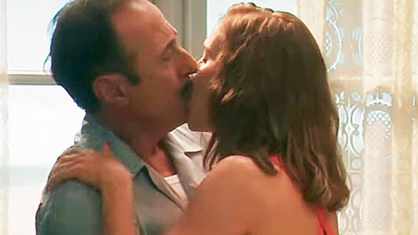 ¡Pepe, por Dios! Conmoción en las redes por la foto del apasionado beso de ficción de Lopilato... ¡con Francella!