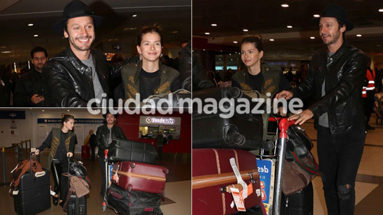 Enamorados y con looks súper cancheros, China Suárez y Benjamín Vicuña llegaron a la Argentina (Foto: Movilpress)