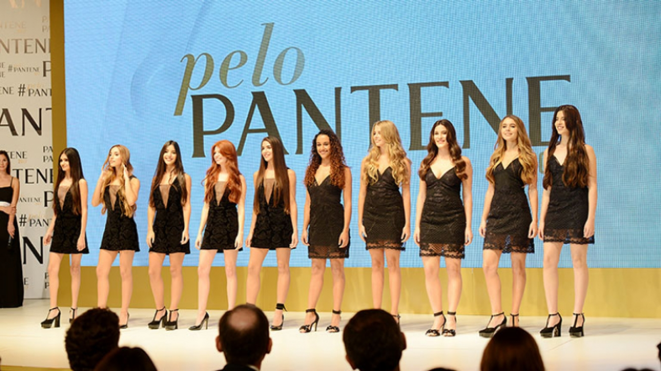 Las 10 finalistas de #PeloPantene2017 esperando la decisión del jurado.