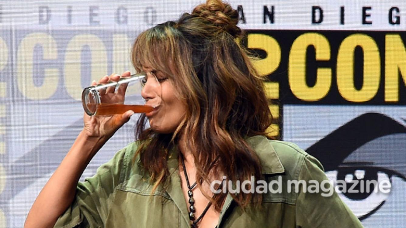 Halle Berry se tomó un whisky de un solo trago en el evento Comic Con. Foto: AFP.