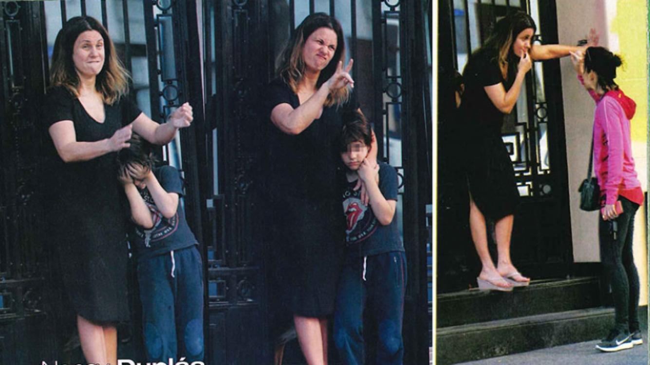 Nancy Dupláa y su hijo Julián en la puerta de su casa de Colegiales. (Foto: revista Paparazzi)