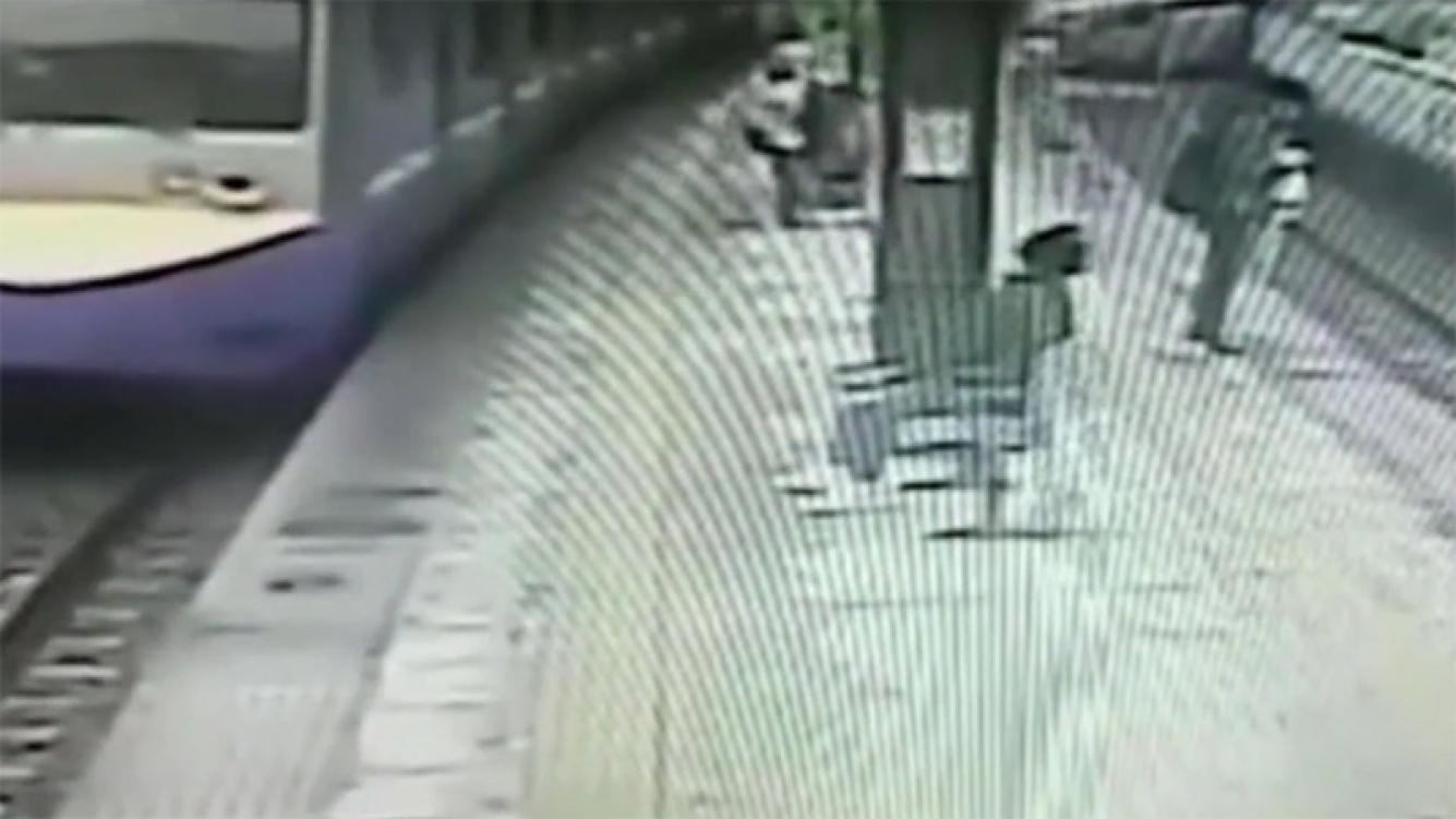 Anciano cayó frente a un tren en movimiento
