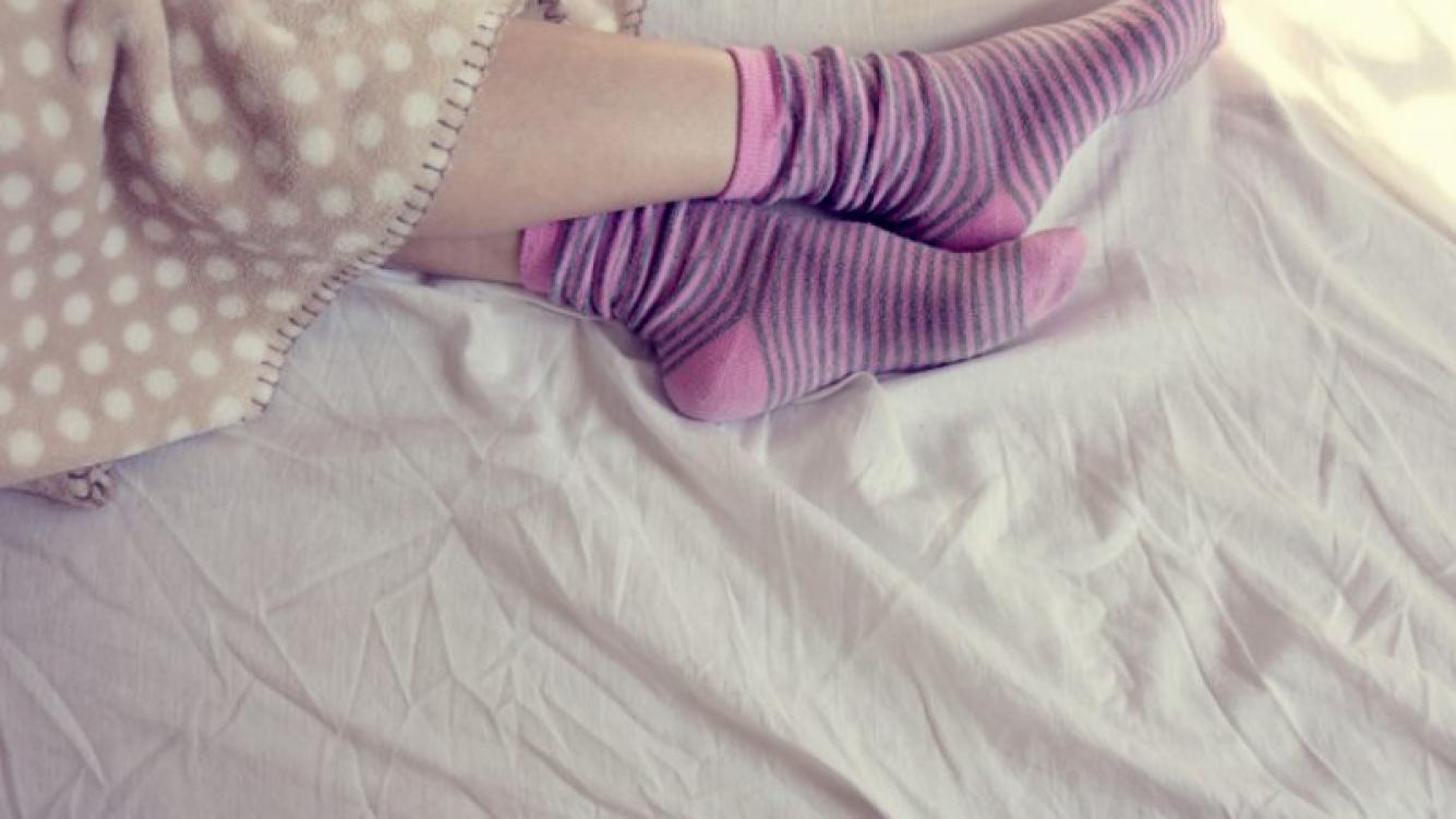 Hay un debate sobre si se debe dormir con o sin medias