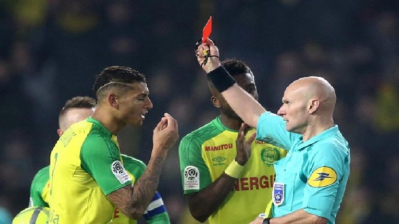 Árbitro de fútbol expulsó a un jugador por tropezarlo