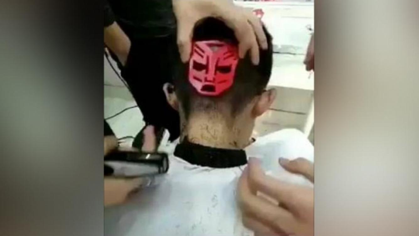 Mirá el insólito corte de pelo que se hizo viral en Facebook