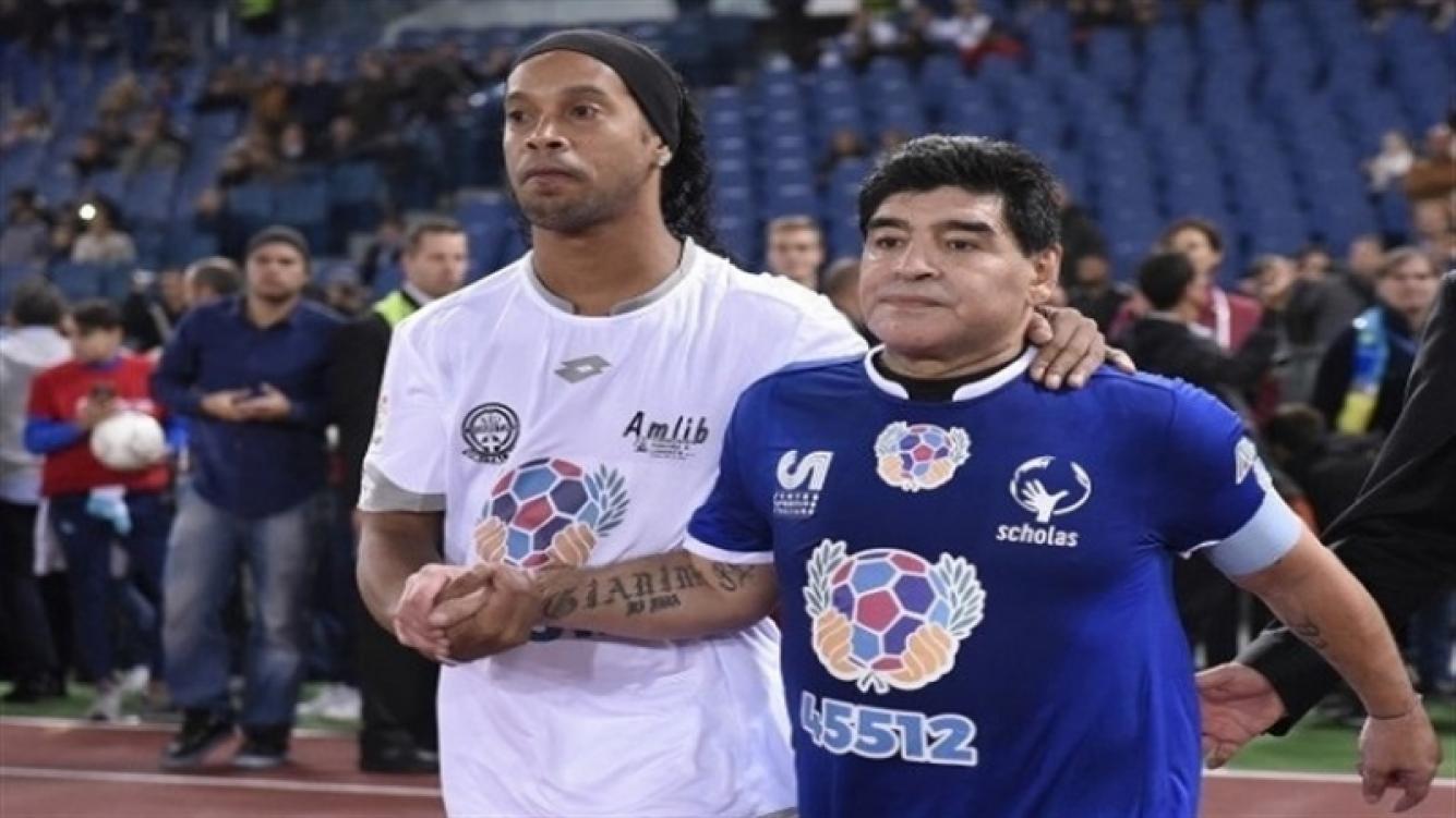 Maradona saludó a Ronaldinho en su retiro del fútbol
