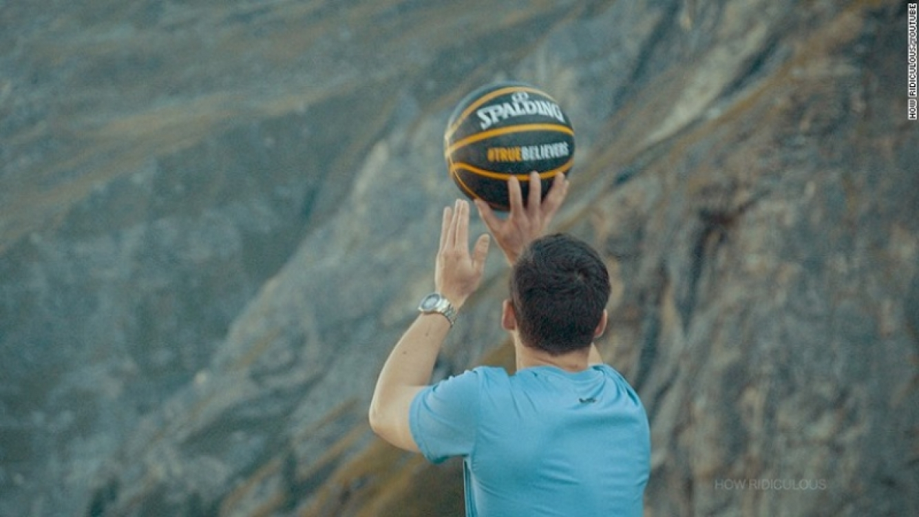 Encestó una pelota desde 200 metros de altura y registró un récord mundial