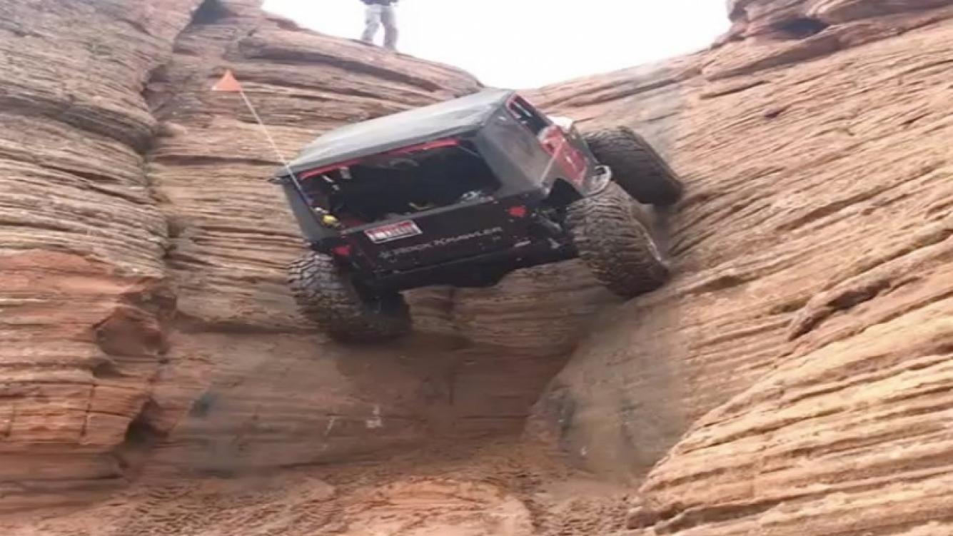 Este Jeep desafió la gravedad al escalar una pared