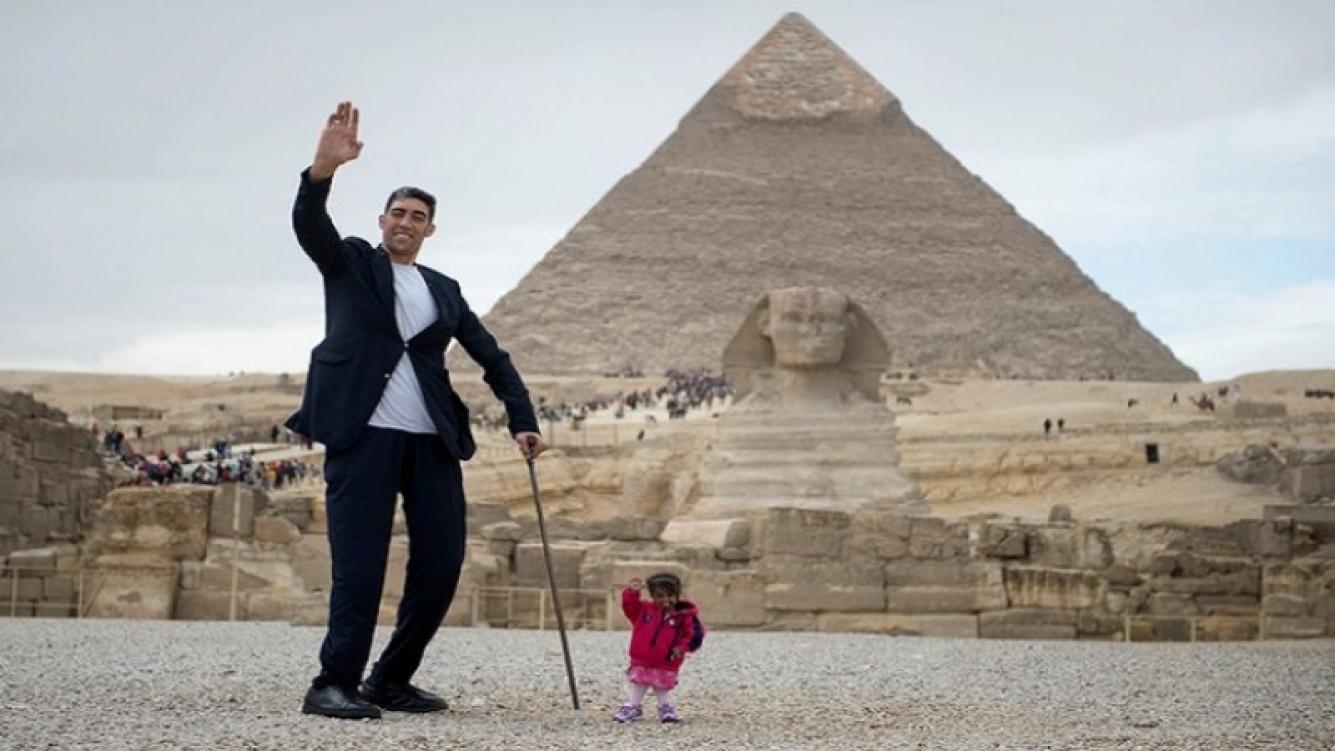 El hombre más alto y la mujer más pequeña posaron en Egipto