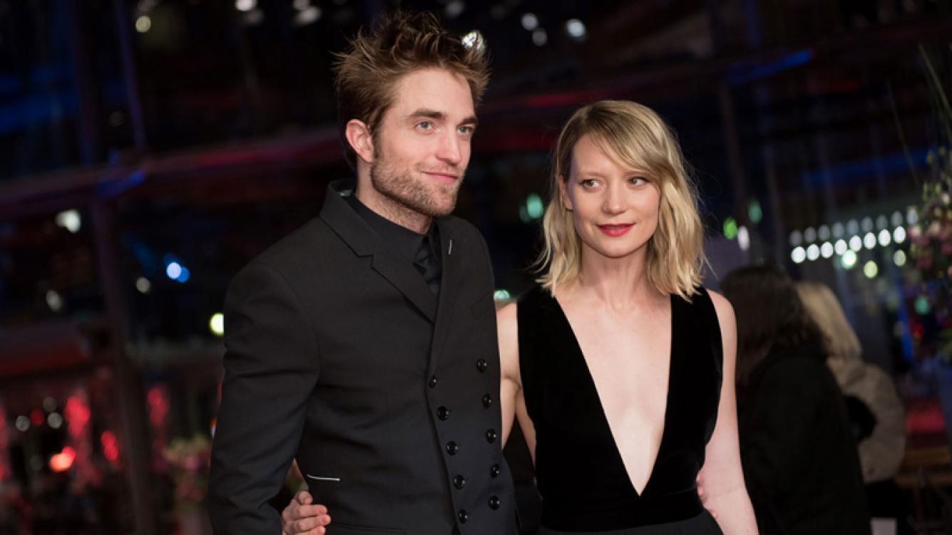 Robert Pattinson y Mia Wasikowska apoyan en la Berlinale al #MeToo. (Foto: AFP)