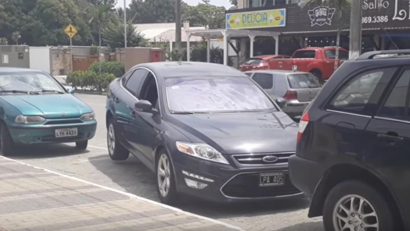 Mujer flota su auto para salir de estacionamiento