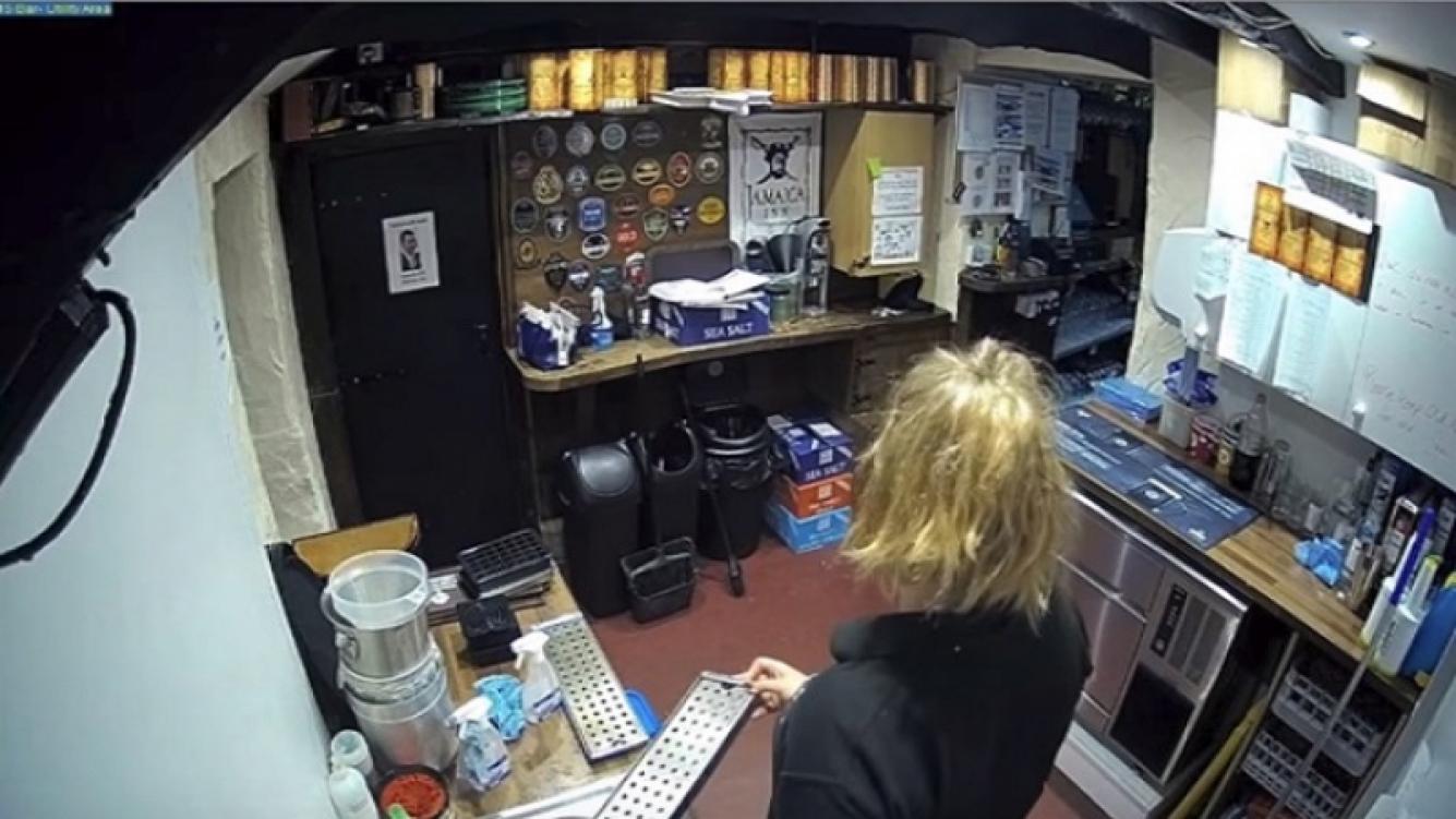 Un teléfono se descuelga solo en un bar del Reino Unido