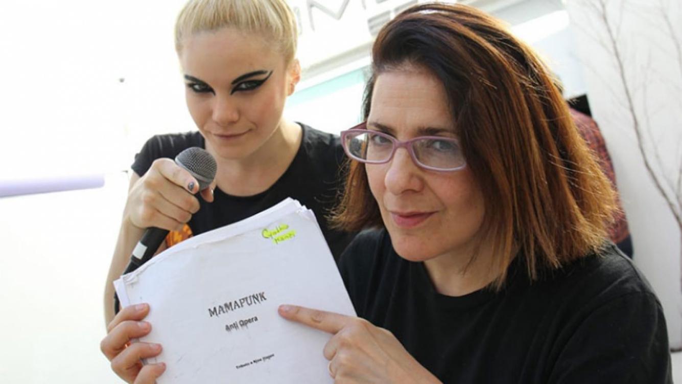 Karina K estrena Mamapunk, un novedoso concierto teatral junto a su esposa