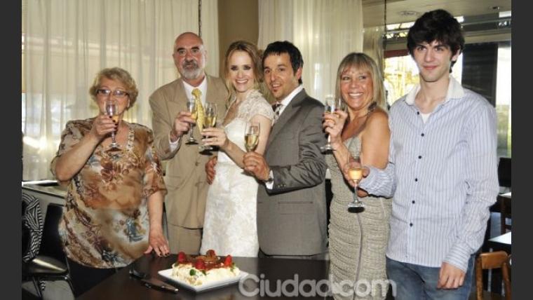 La familia de Julieta Prandi y Claudio Contardi, con los esposos. (Foto: Jennifer Rubio)