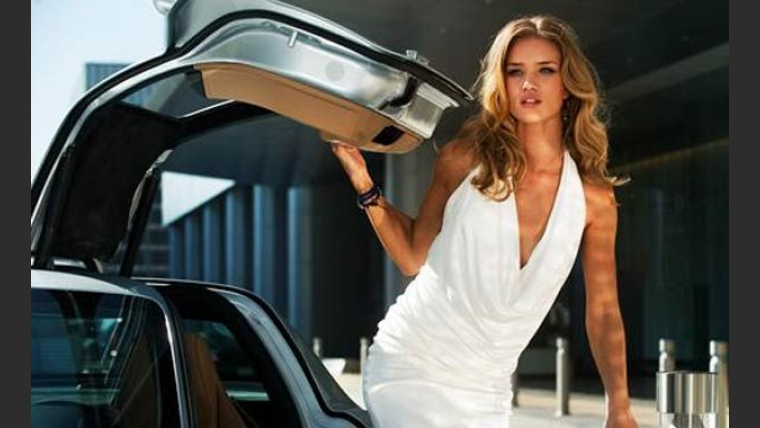 Rosie Huntington-Whiteley en Transformers 3, con el Mercedes Benz SLS AMG. (Foto: Web)