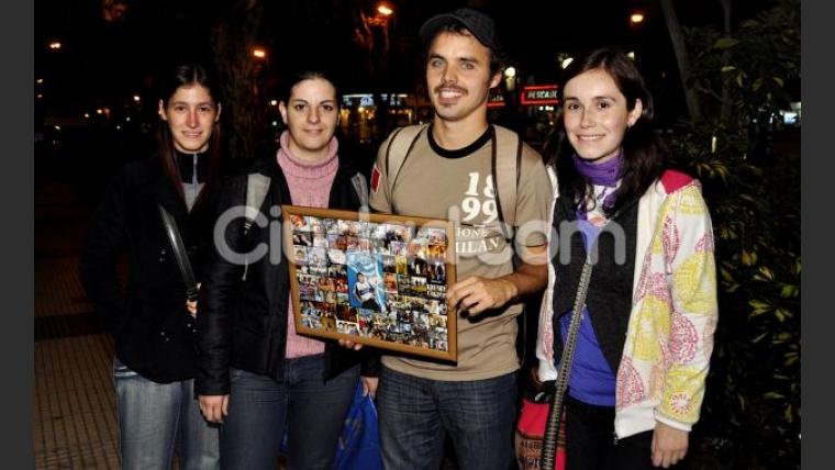 Benjamín Rojas y sus fans en la puerta del teatro (Foto: Jennifer Rubio).