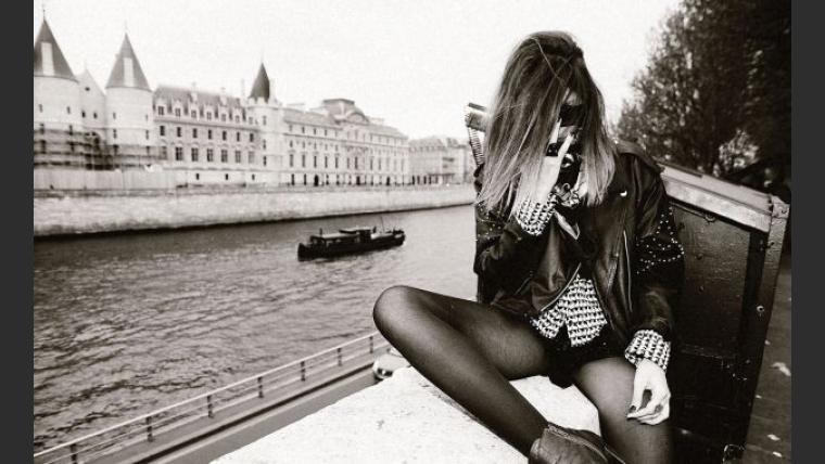 Romina Richi, en topless en medio en plena calle de París. (Fotos: revista Dmag)