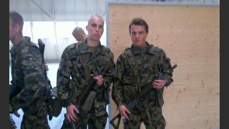 Derecha: Jan Tibai, junto a un compañero en el ejército suizo. (Foto: Facebook Jan Aleksandar Tibai)