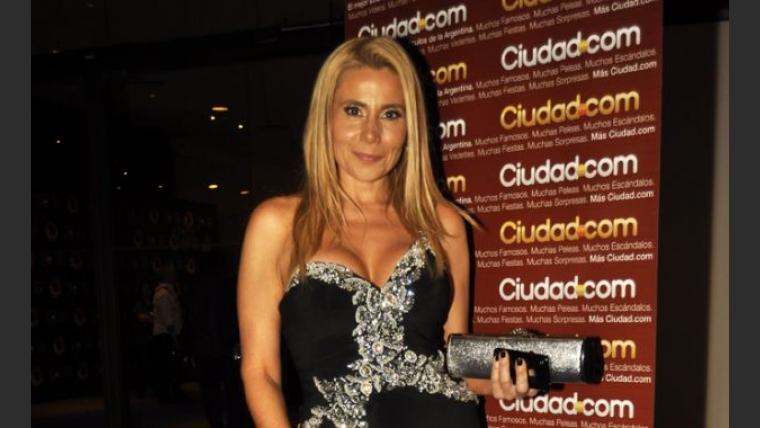Andrea Politti, otra famosa súper escotada en los Premios Tato (Foto: Jennifer Rubio).