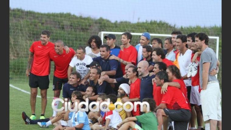 Marcelo Tinelli despide el 2012 jugando al fútbol con amigos. (Foto: Ciudad.com/Punta del Este)