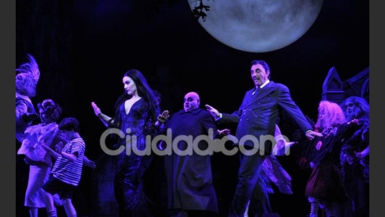 El elenco de Los Locos Addams, listo para salir a escena (Foto: Jennifer Rubio).