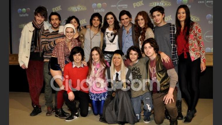 Julián Serrano con todo el elenco de Aliados. (Foto: Jennifer Rubio-Ciudad.com)