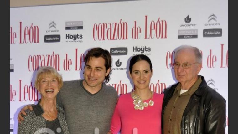 Julieta Díaz con sus padres y su esposo Brent. (Foto: Jennifer Rubio-Ciudad.com)