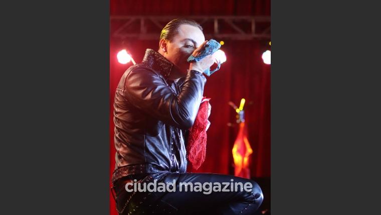 ¡Homenaje a Sandro! El show de Cristian Castro: invitados VIP, mimos en la platea ¡y un escatológico gesto del cantante! (Fotos: Movilpress)