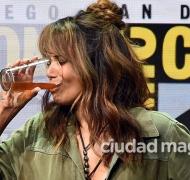 Halle Berry se tomó un whisky de un solo trago en el evento Comic Con