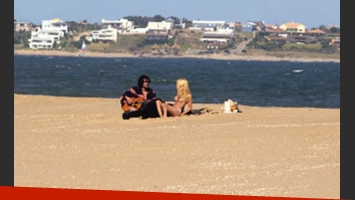 Infidelidad registrada: Nicole y Nacho, amor en la playa. (Foto: Revista Gente)