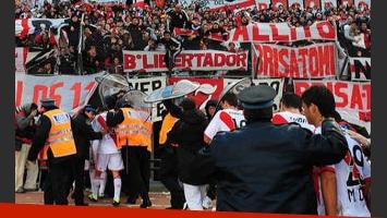 La salida de los jugadores de River, en medio de insultos. (Foto: diario Olé)