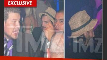 La foto de TMZ que muestra a Ashton Kutcher en un boliche, la noche de su aniversario.