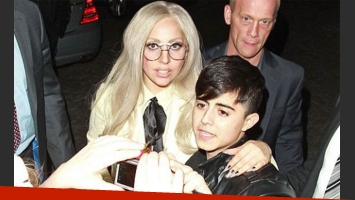 Sin pantalones ni falda, Lady Gaga no descuida a sus fans. (Foto: Web)