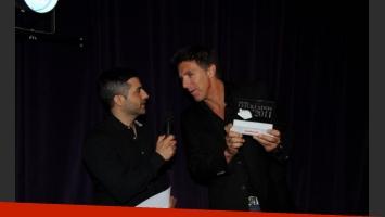 Alejandro Fantino y un celular que interrumpió la entrega de premios de Ciudad.com. (Foto: Maxi Didari – Ciudad.com)