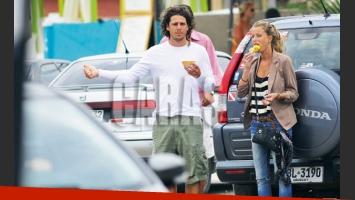 Gastón Gaudio y su novia, haciendo dedo en Punta (Foto: Caras).