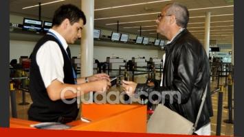 Jorge Rial le muestra su DNI al oficial del aeropuerto. Se lo vio de muy buen humor. (Foto: Jennifer Rubio - Ciudad.com)