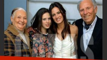 Paula Chaves con sus abuelos y su hermana. (Foto: Revista Caras)