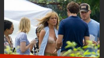 Jennifer Aniston dejó ver su corpiño en el set de grabación. (Foto: Toofab.com)