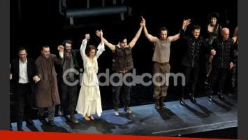 El elenco a pleno saluda al público (Foto: Jennifer Rubio).