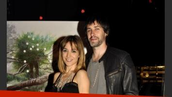 Valeria Gastaldi y su pareja, en la exposición de arte de Calendaria Tinelli. (Foto: Jennifer Rubio - Ciudad.com)