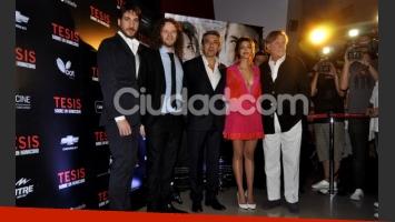 Calu Rivero con el elenco y director de Tesis... (Foto: Jennifer Rubio-Ciudad.com)