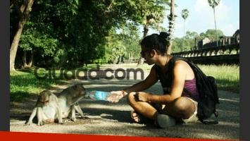 Nazareno Casero jugando con monitos (Foto: gentileza Carlina Toscano Rivas para Ciudad.com).