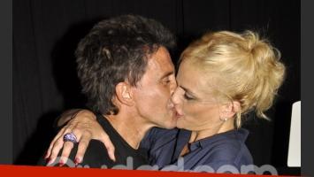 Osvaldo Laport y Viviana Sáez, felices en el estreno de Las novias de Travolta (Foto: Jennifer Rubio).