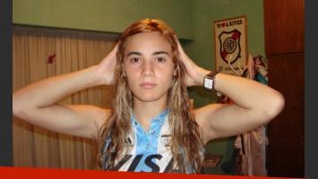 Rocío Oliva, y el peculiar detalle del banderín de River a sus espaldas. (Foto: Facebook)