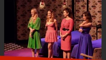 Lara Ruiz, Miriam Lanzoni, Laura Bruni y Julieta Cajg, sobre el escenario de Algunas mujeres a las que les cagué la vida.