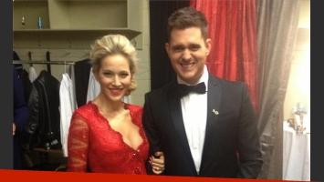 Michael Bublé y Luisana Lopilato, con sensual vestido rojo (Foto: Twitter).