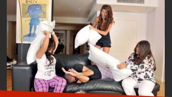 Guerra de almohadas en la casa de Rial. (Foto: revista Gente)