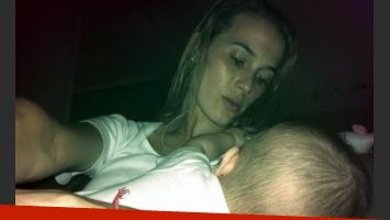 Chechu Bonelli amamantando a su beba Lupe. (Foto: Twitter @chubonelli)