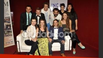 El elenco y sus amigos, felices en la avant de Caito (Foto: Jennifer Rubio).