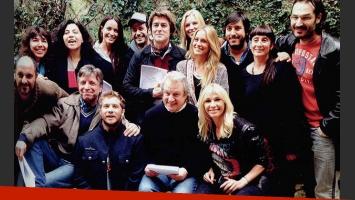 La pareja junto al resto del elenco de Taxxi, amores cruzados (Foto: Revista Gente).